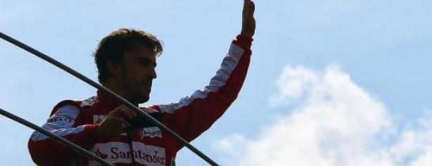 Fernando Alonso saluda a los aficionados en Monza/ lainformacion.com