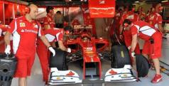 Los mecánicos de Alonso ponen a punto el Ferrari F2012/ lainformacion.com/ EFE
