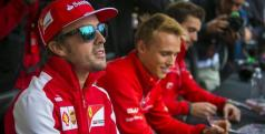 Fernando Alonso en una sesión de firmas/ lainformacion.com