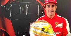 Fernando Alonso posa con su casco para el GP de Mónaco