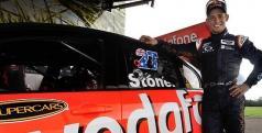 Casey Stoner con su coche de las V8 Supercars/ Foxsports.com.au