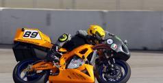 Chip Yates compitiendo con su moto eléctrica