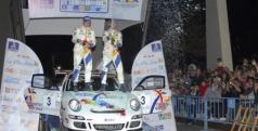 Fuster celebrando su triunfo en el Rally de la Vila Joiosa/ miguelfuster.com