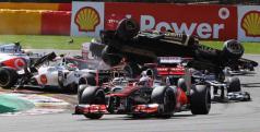 Grosjean pasa por encima de Alonso, Hamilton y embiste a Pérez