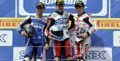 Noriyuki Haga en el podio junto a Checa y Melandri