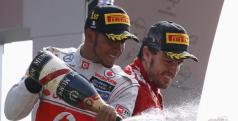 Lewis Hamilton y Fernando Alonso en el podio de Monza/ lainformacion.com/ Reuter