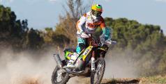 Laia Sanz con la moto en la que competirá en el Dakar 2014