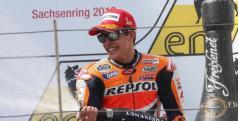 Marc Márquez celebra una victoria en el podio/ lainformacion.com