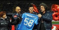 Paolo Simoncelli recoge la camiseta de homenaje a su hijo