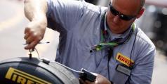 Un ingeniero con los neumáticos de Pirelli