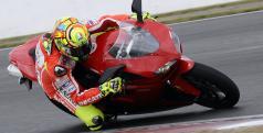 Valentino Rossi con la Ducati 1198 de calle en Silverstone